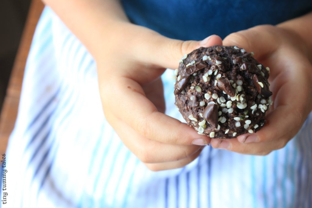 Soft and flavourful chocolate-cherry oat muffins with hemp hearts, sweetened with fruit! Great snack recipe for healthy kids:)
